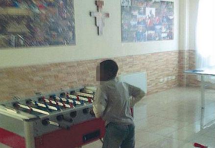Il ragazzo mentre gioca a biliardino in parrocchia