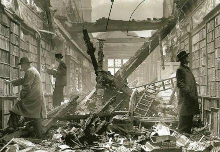 Lettori nella biblioteca di Holland House, Londra, 1940 (Immagine dal web)