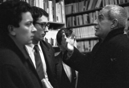 Elio Vittorini con alcuni studenti (Immagine dal web)