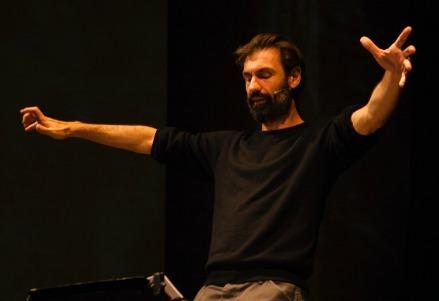 Fabrizio Gifuni al Teatro Franco Parenti (Foto Alessandro Frangi)