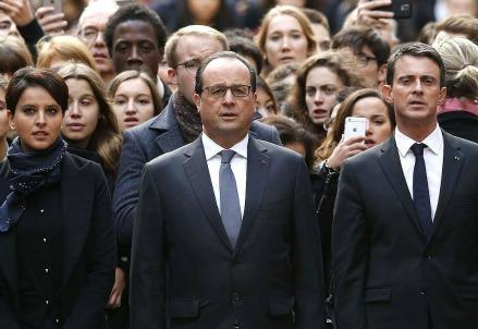 François Hollande durante il minuto di silenzio alla Sorbona (Immagine dal web)