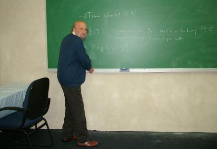 Il professor Giovanni Jona-Lasinio durante un seminario