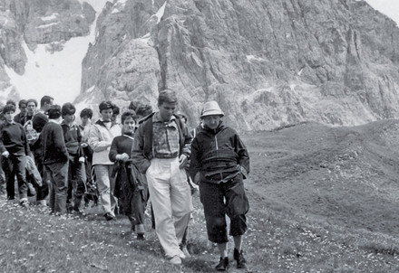 Don Luigi Giussani in gita nelle dolomiti (Immagine d'archivio)