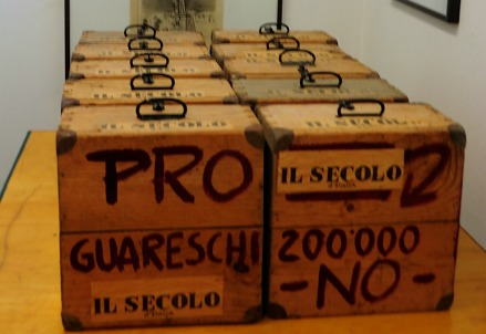 Le scatole con i messaggi pro Guareschi (Immagine d'archivio)