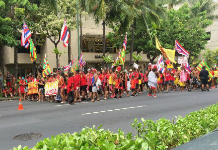 Manifestazione contro i telescopi a Mauna Kea sulle strade di Waikiki (foto M. Robberto)