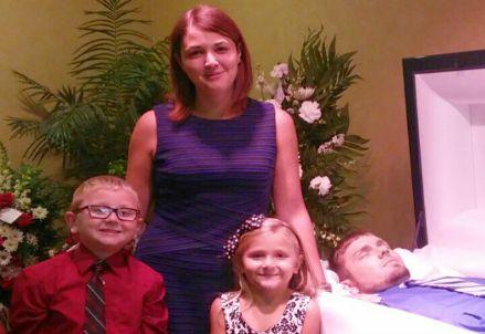 Eva Holland con i figli e il marito morto (Immagine dal web)
