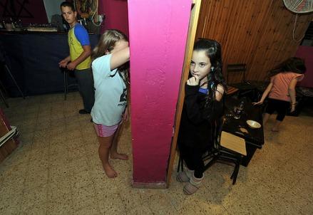 Giovedì 15 novembre 2012, bambini israeliani in un rifugio antirazzi a Tel Aviv