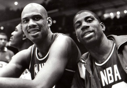 Kareem Abdul Jabbar (S) con Magic Johnson (Immagine dal web)