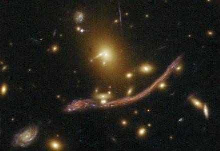 Ammasso di galassie con lente gravitazionale