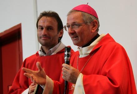 Mons. Claudio Cipolla (D) con don Marco Pozza (Immagine d'archivio)