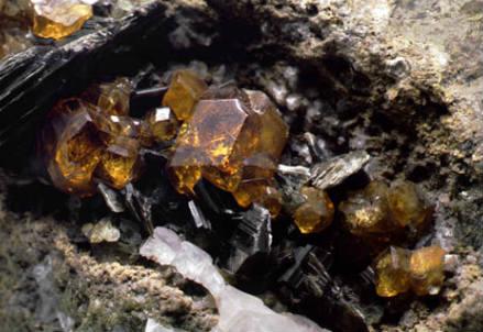 Cristalli rombododecaedrici di granato