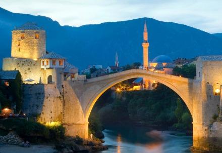 Mostar, il ponte-simbolo sulla Neretva (Immagine dal web)