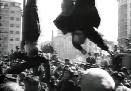 Milano, 29 aprile '45. I cadaveri di Mussolini e dei gerarchi esposti in Piazzale Loreto (Immagine d'archivio)
