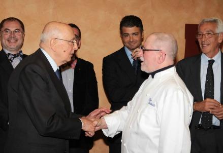 Nella foto, la storica visita del presidente Giorgio Napolitano al Vinitaly di tre anni fa, dopo il pranzo con lo chef Piero Bertinotti del Pinocchio di Borgomanero