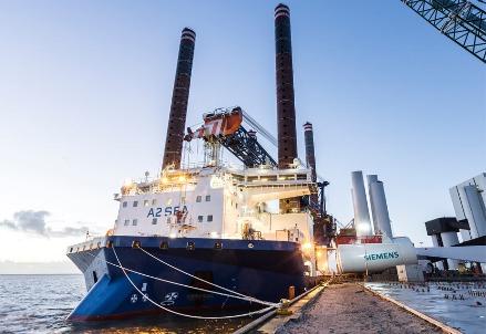 Il carico di una mega turbina per l'installazione in un parco eolico marino