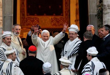 Il Papa in visita alla Sinagoga di Roma
