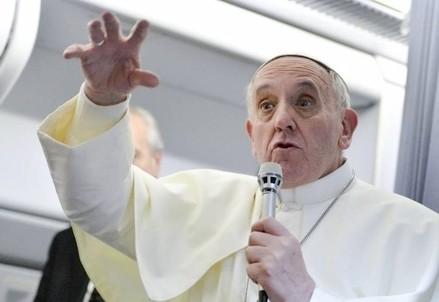 Papa Francesco parla con i giornalisti durante uno dei suoi viaggi (Immagine dal web)