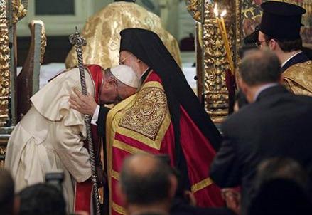 Papa Francesco con Bartolomeo I (Infophoto)