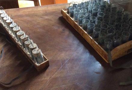 Pile a corona di tazze esposte all'Istituto Lombardo