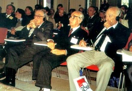 Bruno Pontecorvo al Convegno di Varenna nel 1992, al centro tra Edward Teller (a sinistra) e John Eccles (a destra)