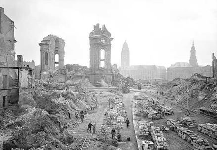 Dresda dopo i bombardamenti alleati del 13-15 febbraio 1945 (Immagine d'archivio)