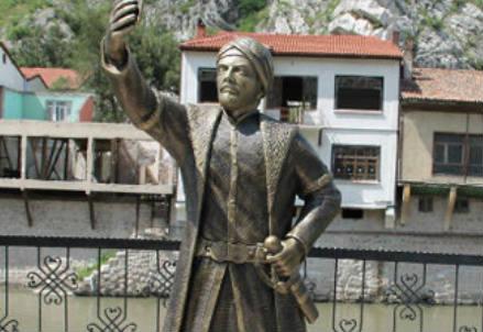 La statua presa di mira