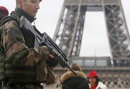 Uomo armato a Parigi