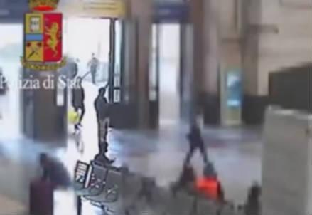 Uno dei presunti terroristi scatta foto con minacce a Milano