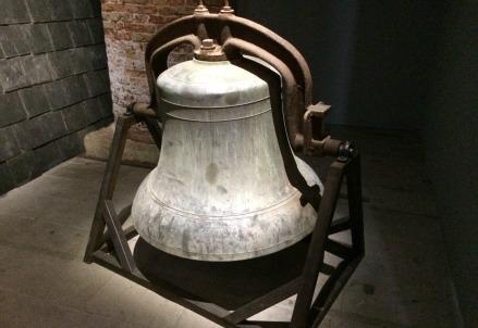 T. Gates, la campana della chiesa di St.Laurence in mostra a Venezia (Immagine dal web)