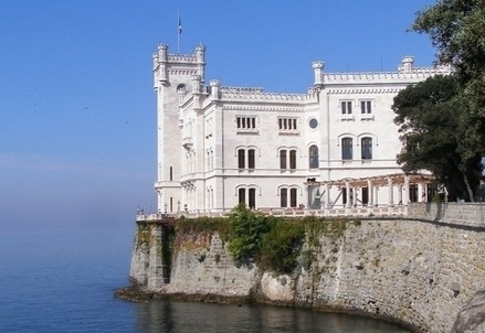 Il castello di Miramare a Trieste (Immagine d'archivio)