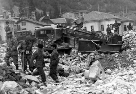 A Longarone si scava dopo la tragedia del Vajont (Immagine d'archivio)