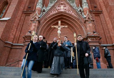 Un momento della via crucis a Mosca (foto della Curia di Mosca)
