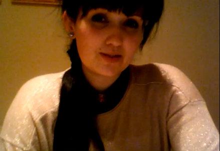 Un frame del video messo in rete da Victoria Vardy per ritrovare la madre
