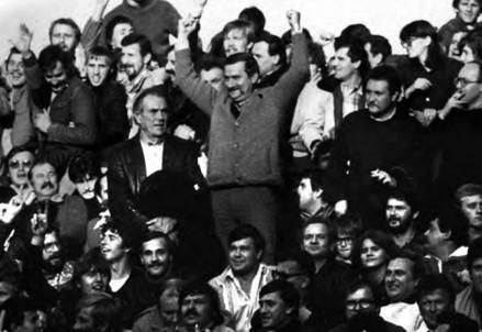 Lech Walesa insieme ad altri tifosi del Lechia (Immagine d'archivio)