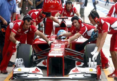 Fernando Alonso a bordo della sua Ferrari ai box (Infophoto)