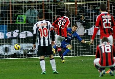 Balotelli segna lo scorso anno: era la prima con il Milan (Infophoto)