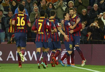 Il Barcellona festeggia dopo un gol (Infophoto)