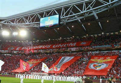 La coreografia dei tifosi del Benfica allo Juventus Stadium