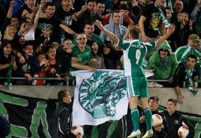 Roman Bezjak, 25 anni, esulta con i tifosi del Ludogorets dopo un gol