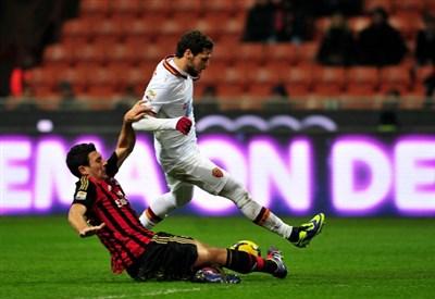 Daniele Bonera contro Mattia Destro nella gara di andata (Infophoto)