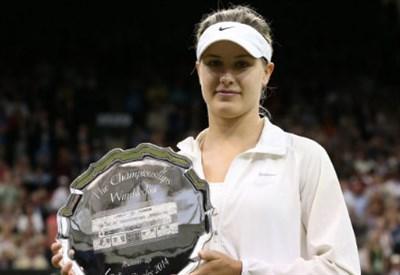 Eugenie Bouchard (20) con il trofeo riservato alla finalista di Wimbledon (Infophoto)