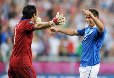 Una esultanza di Buffon e Barzagli (Infophoto)