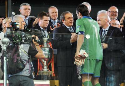 Gigi Buffon riceve la medaglia di secondo classificato da Michel Platini (Infophoto)