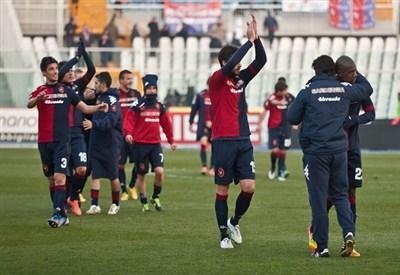 I giocatori del Cagliari festeggiano la vittoria sul Pescara (Infophoto)