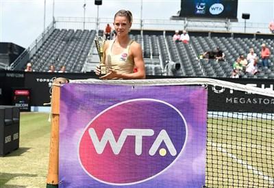 Camila Giorgi, 23 anni, con il primo trofeo WTA (da facebook.com/TopShelfOpen1)