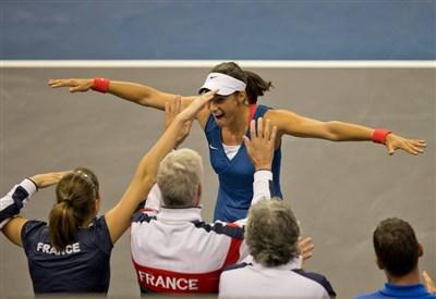 Caroline Garcia, 20 anni, esulta per la vittoria in Fed Cup contro Sloane Stephens