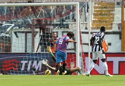 Gonzalo Bergessio segna al Massimino, ma il gol sarà annullato (Infophoto)