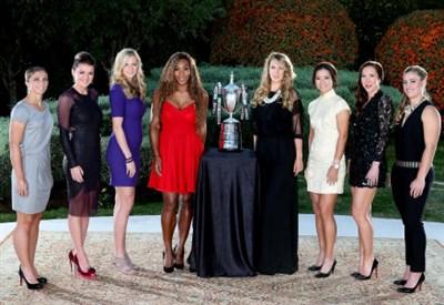 Le otto protagoniste di Istanbul posano con il trofeo