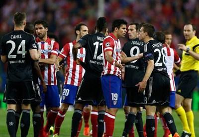 Tensione in campo al Vicente Calderon tra Chelsea e Atletico Madrid