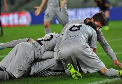 Il Chievo festeggia la vittoria nel derby d'andata (Infophoto)